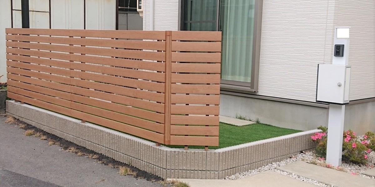 お庭の目隠しフェンスと人工芝張りの施工事例