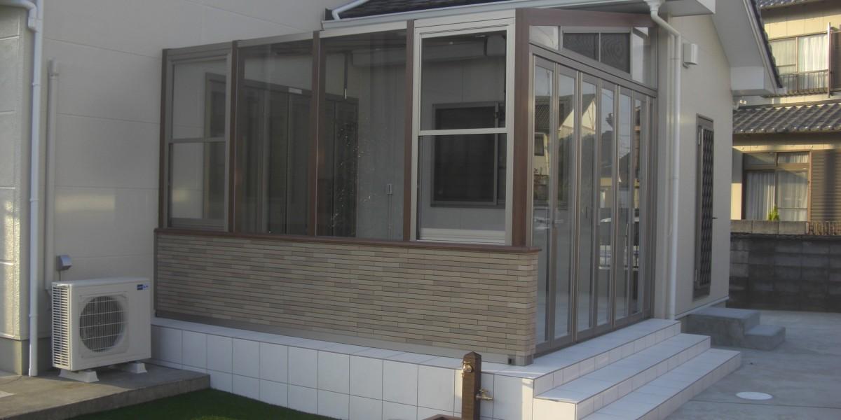 人工芝と木目調がおしゃれなガーデンルーム「ココマⅡ」の施工例