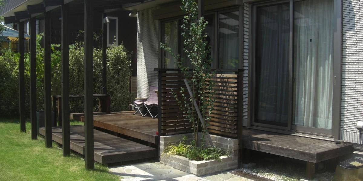 天然木のウッドデッキと木調テラスのナチュラルなお庭施工事例