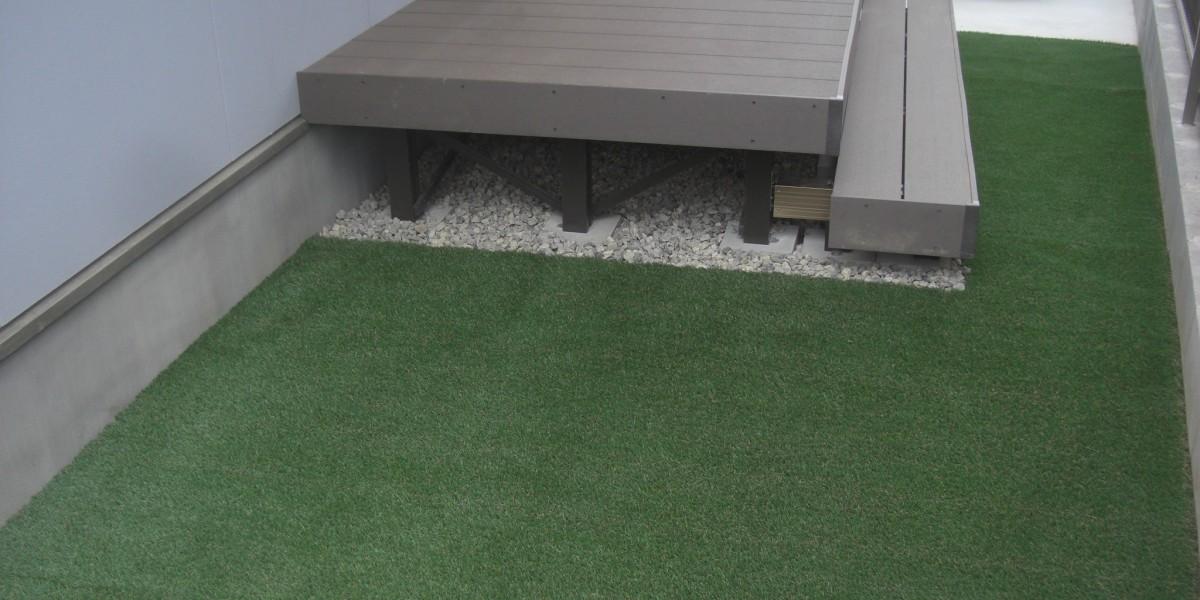 腐らないメンテナンスフリーな木樹脂デッキとリアルな人工芝張りの施工事例