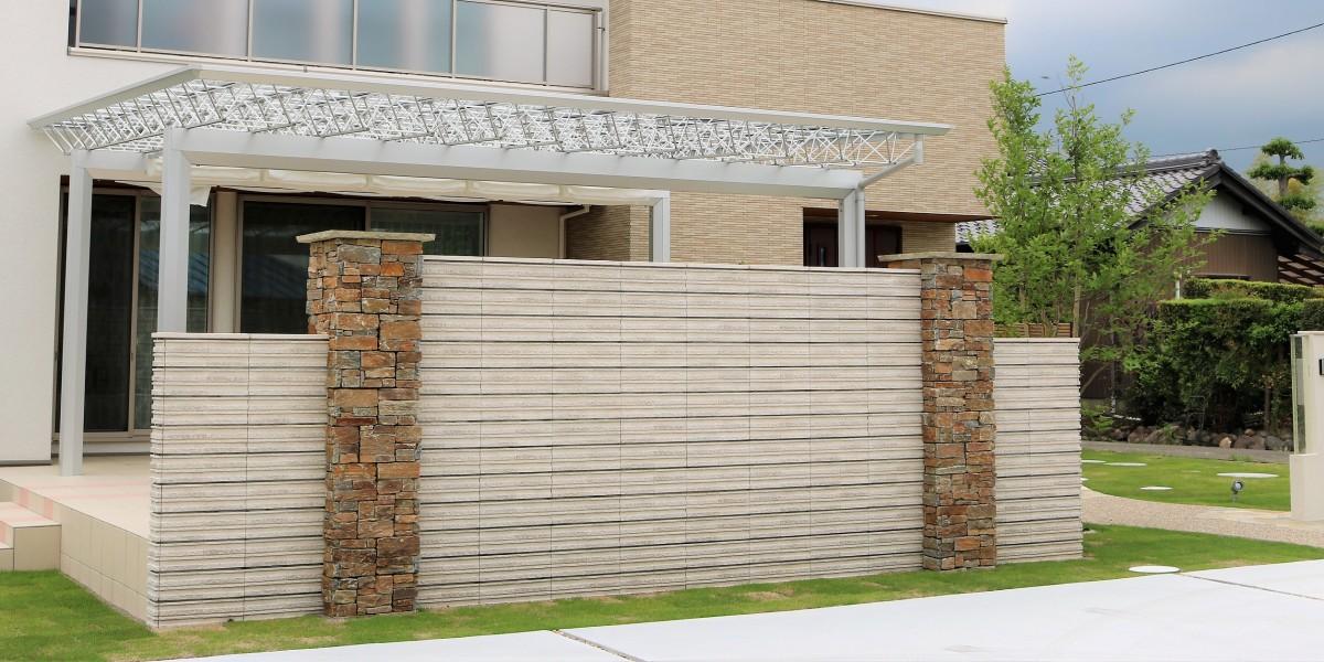 日よけ付きの大きなテラスとタイルデッキでいつでも庭遊びができて開放感のある新築外構工事|小牧市