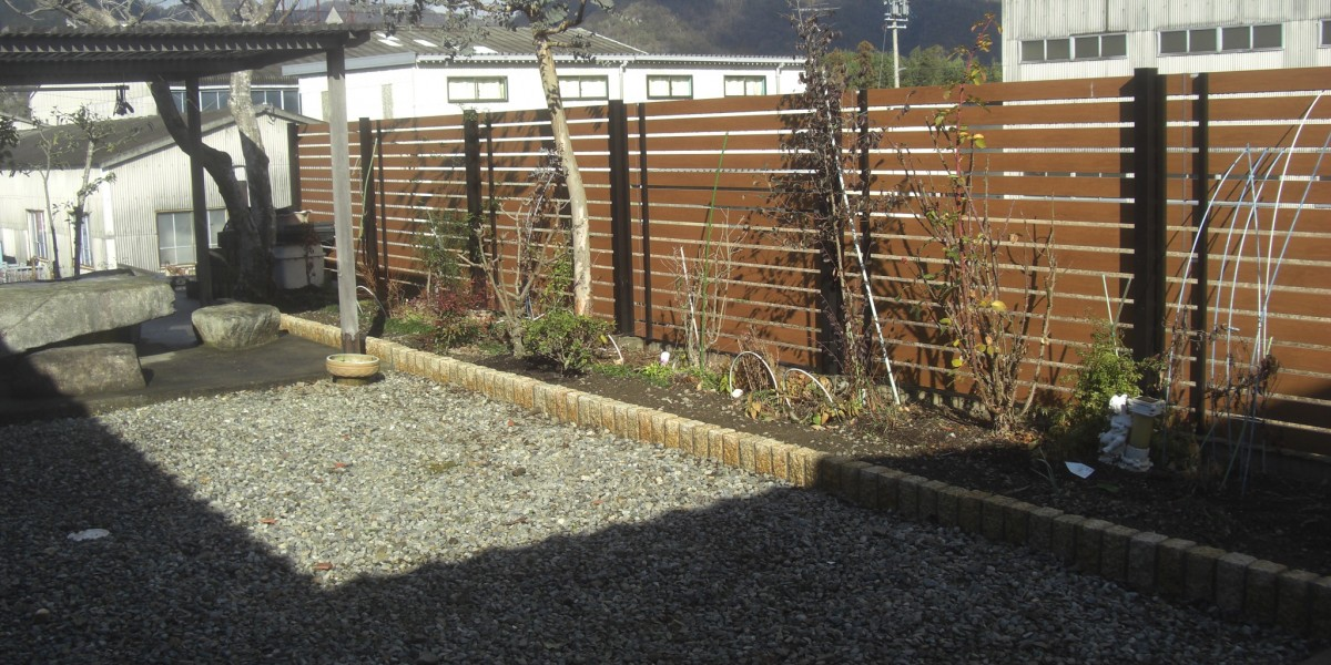 お庭の花壇の仕切りにピンコロ石を並べた施工例|川辺町