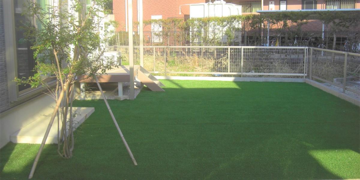お庭の雑草対策のための人工芝張り施工事例