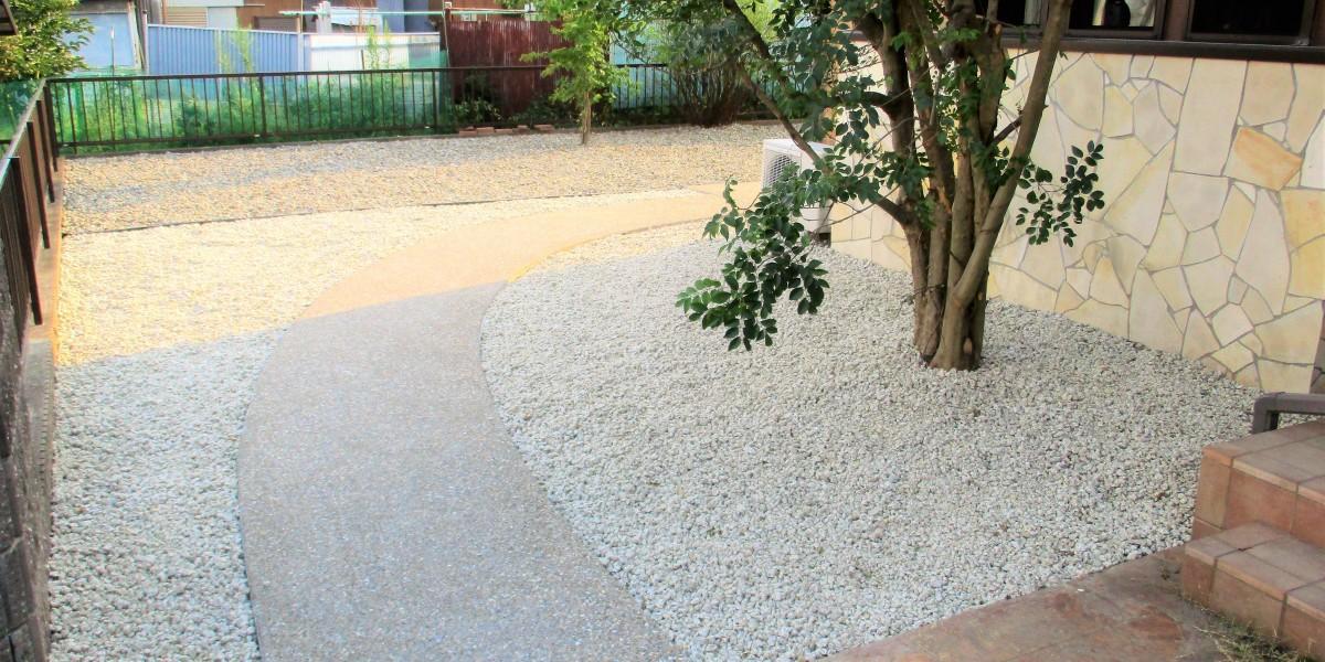 お庭の雑草を全て撤去して防草シートと砂利を敷いた施工例|江南市