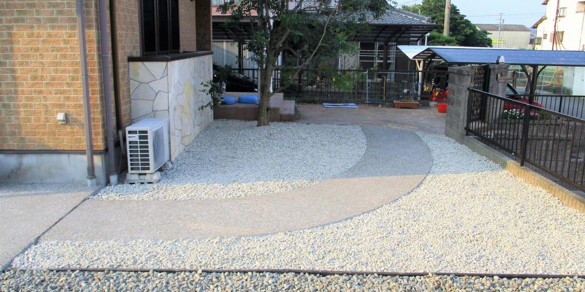 防草シートと砂利敷
