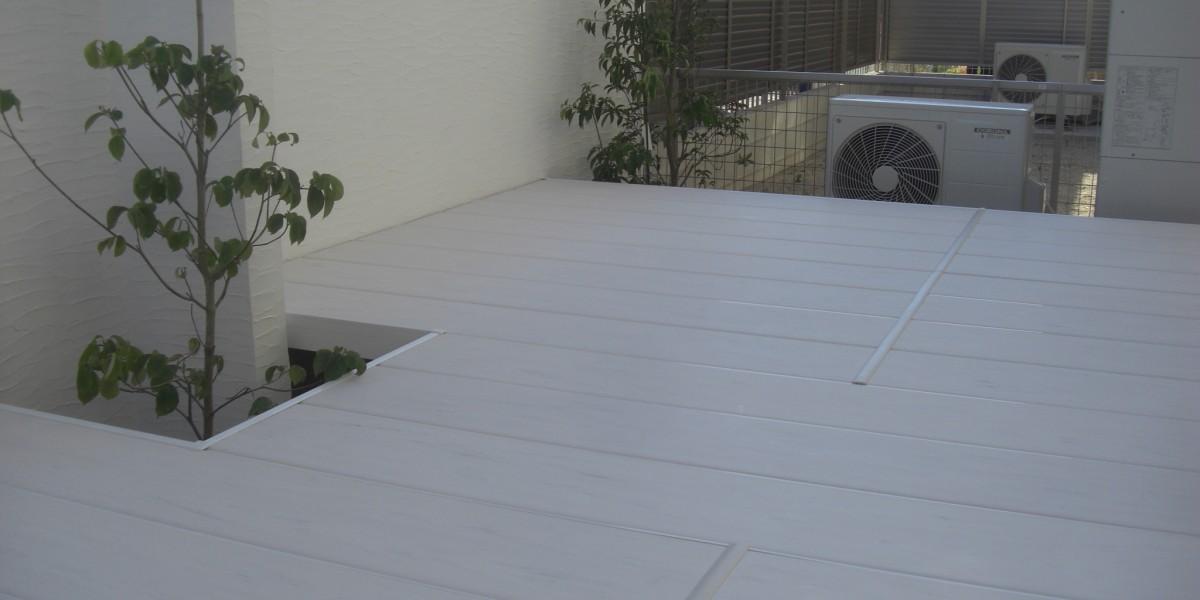 モダンな印象のデッキとブロック塀塗装仕上げの施工例
