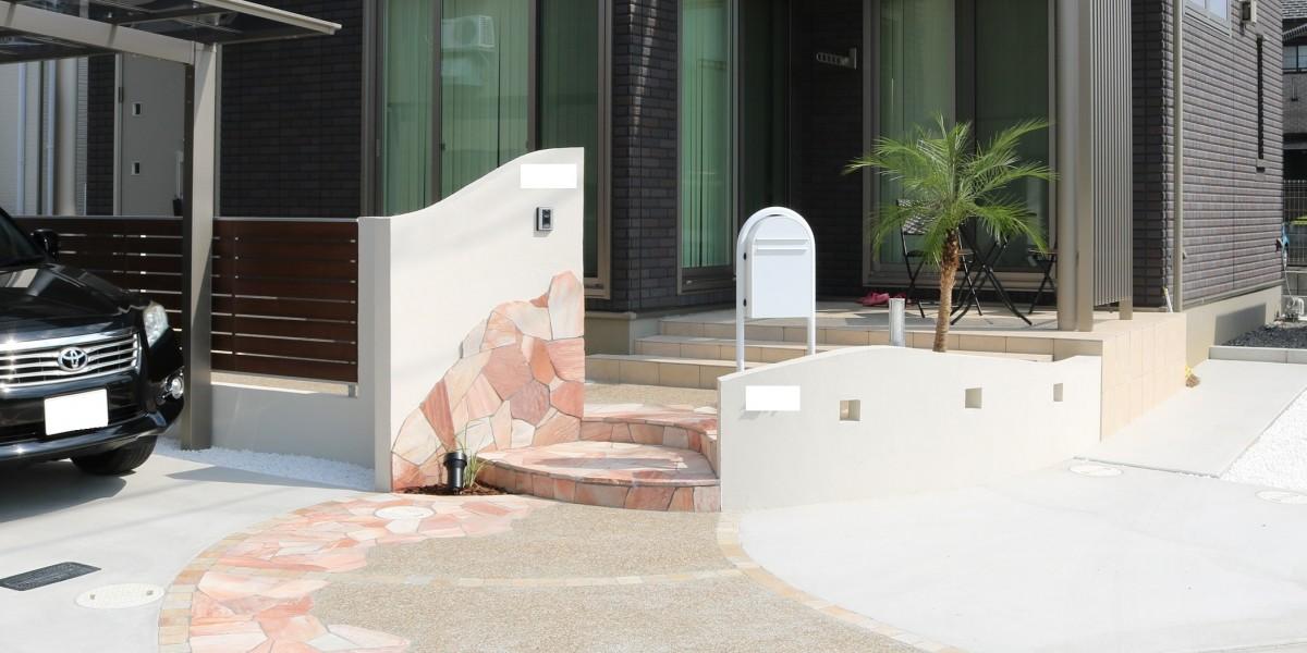 白い塗り壁と乱型石でおしゃれに仕上げた西海岸風のかわいい新築外構|一宮市