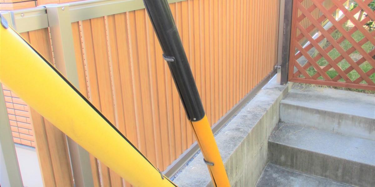 隣地との境界に目隠し効果が高く風通しも良い明るい色調の木目のフェンス交換工事|犬山市