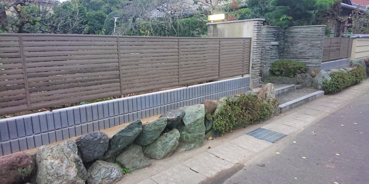 石垣の上の手入れが大変な生垣を撤去してブロック積みと木目調の目隠しフェンス取付工事|扶桑町