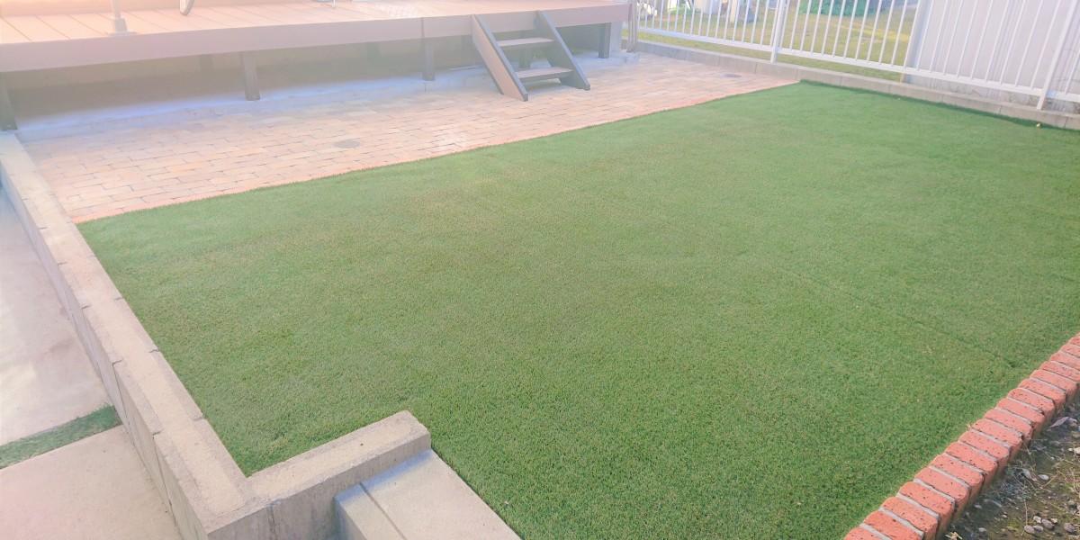 雑草の手間がかからない人工芝張りとレンガ敷きの庭|扶桑町