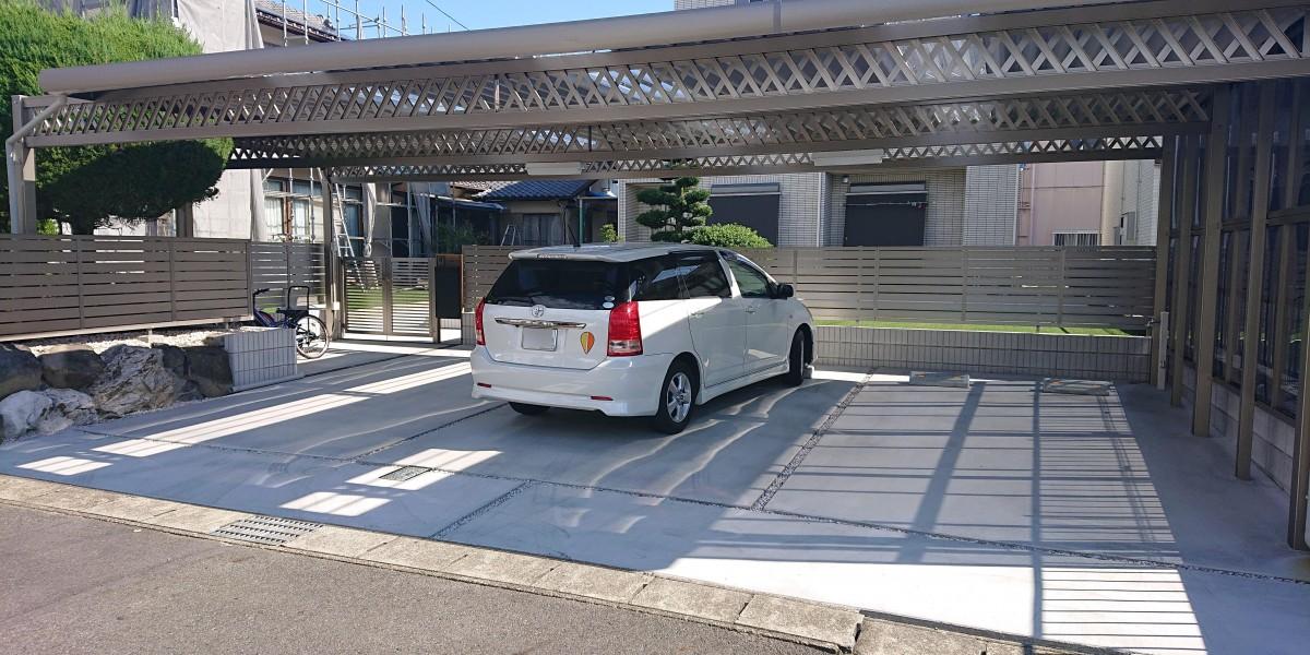 手間のかかる庭を駐車スペースに!車3台分+アプローチ分+自転車置場を覆える折板カーポートと人工芝の庭の施工事例