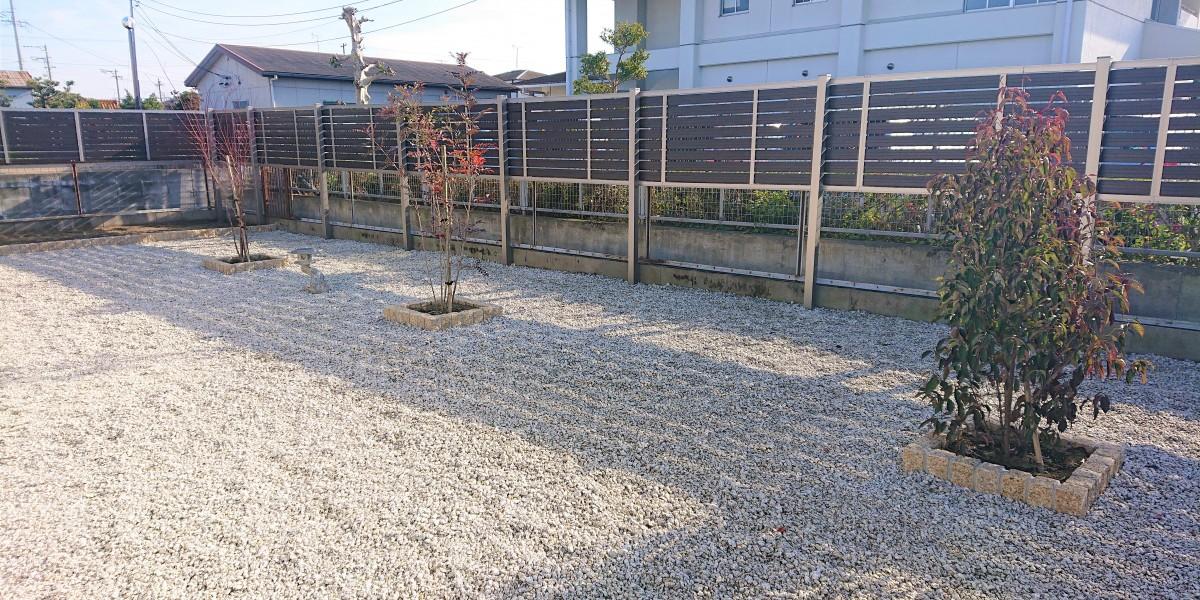 庭のリフォーム|庭木・生垣の撤去と雑草対策の防草シート+砂利敷の施工例|目隠しフェンスの取付|江南市