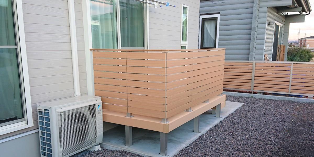 目隠しデッキフェンスのある人工木ウッドデッキの施工例|美濃加茂市