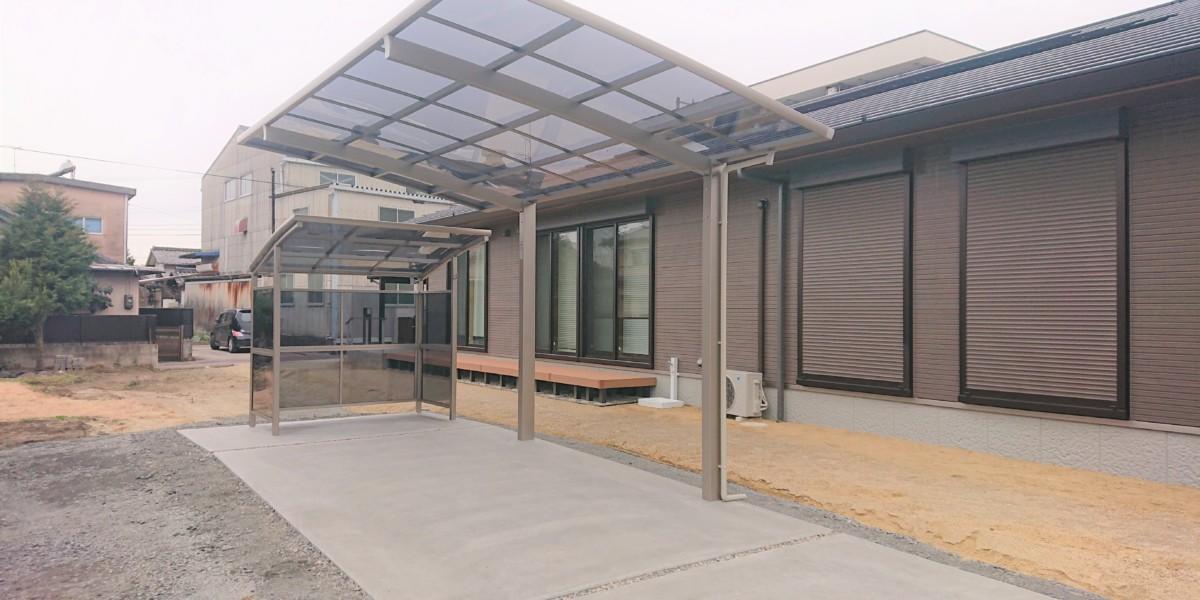 1台用カーポートと3面囲いサイクルポートの駐車場施工例