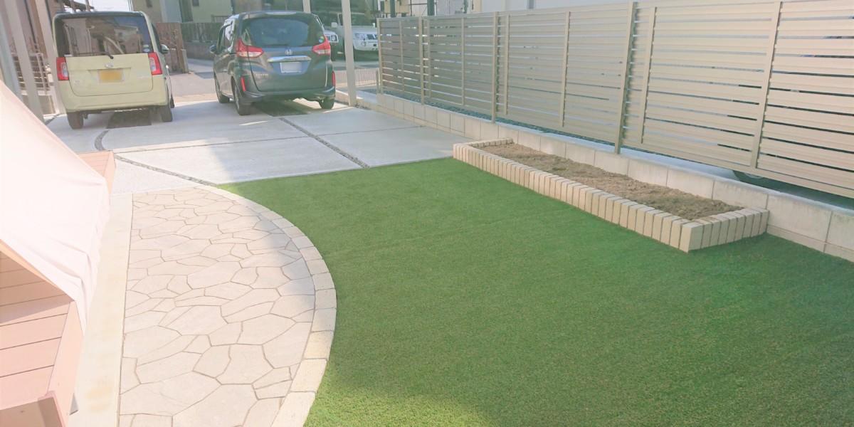 お庭の人工芝張りとおしゃれな乱形平板敷きの施工例|一宮市