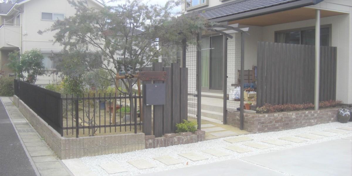 木目調アルミ柱材のスリットフェンスとレンガ積み花壇・タイルデッキの施工例|犬山市