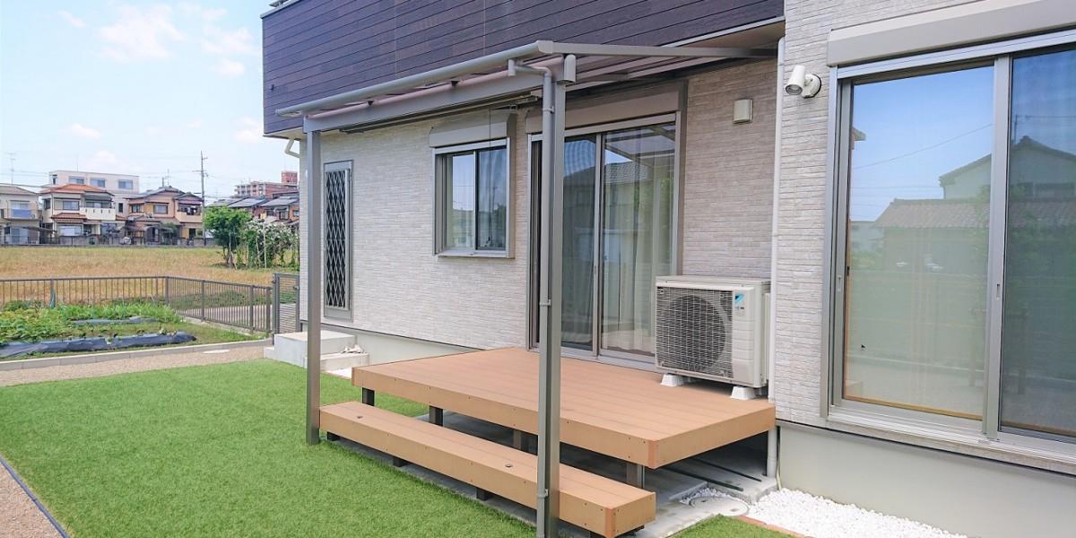 お庭の目隠しに植栽とシェード付きテラス・物置を設置した施工例