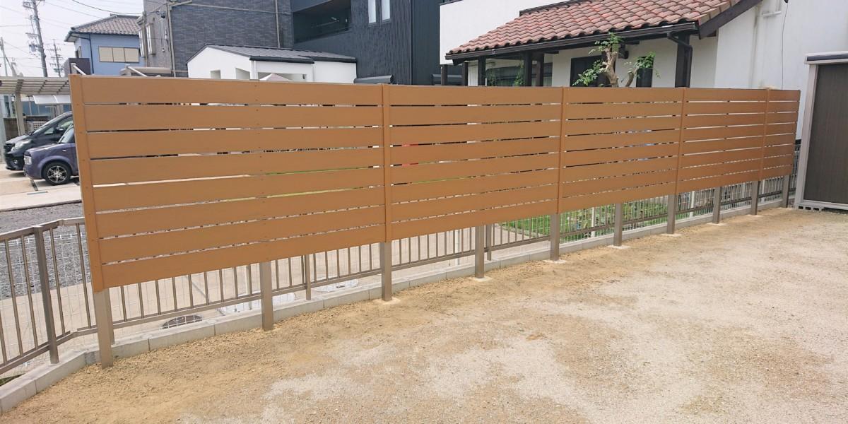 人工木デッキと横板貼り目隠しフェンスの施工事例|扶桑町