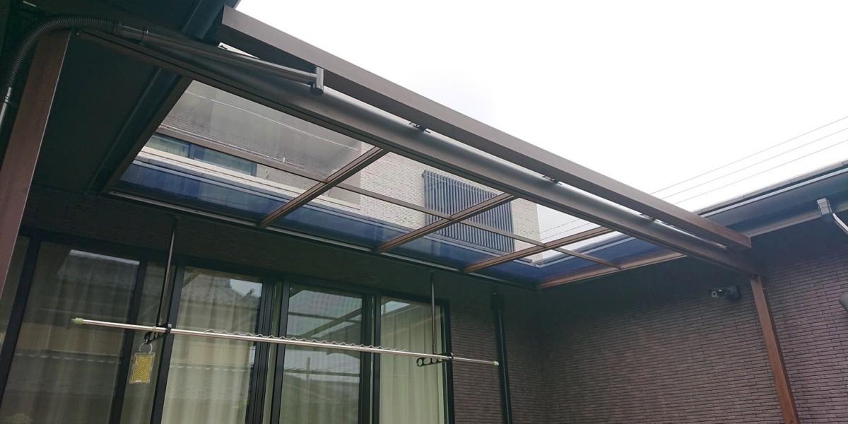 建物と調和の取れた3面囲われた内庭の木調テラス
