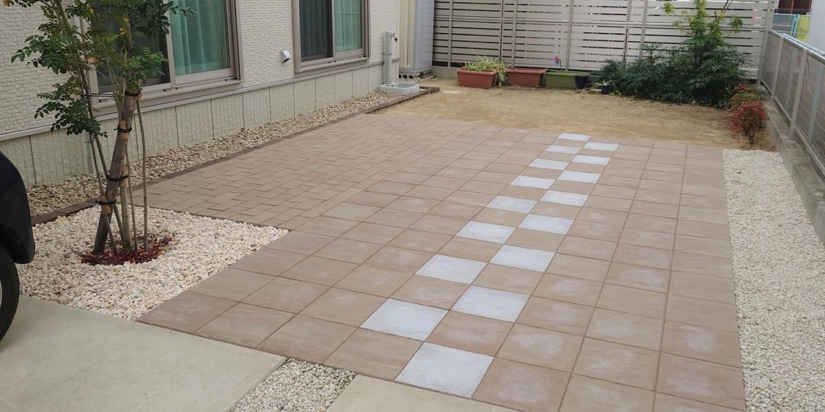 おしゃれに庭の一部としての駐車場拡張 透水性平板舗装