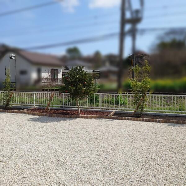 防草シート+砂利敷と花壇