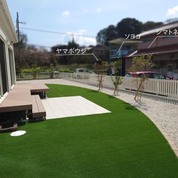 庭ー人工芝と植栽