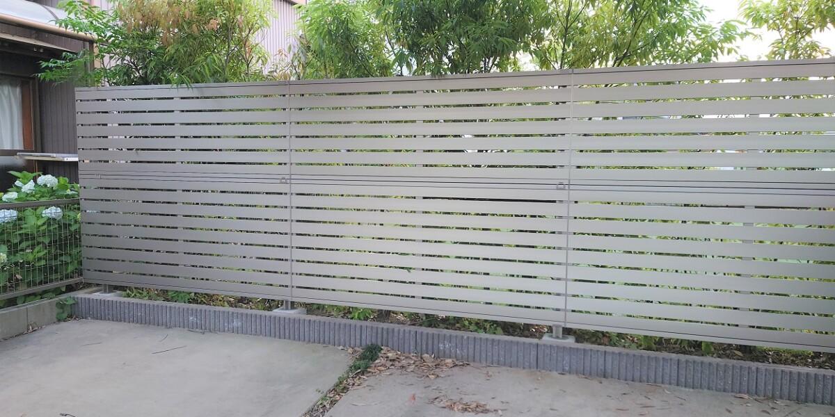 シンプルモダンな目隠しフェンスと防球ネット用フレーム設置の施工例|犬山市