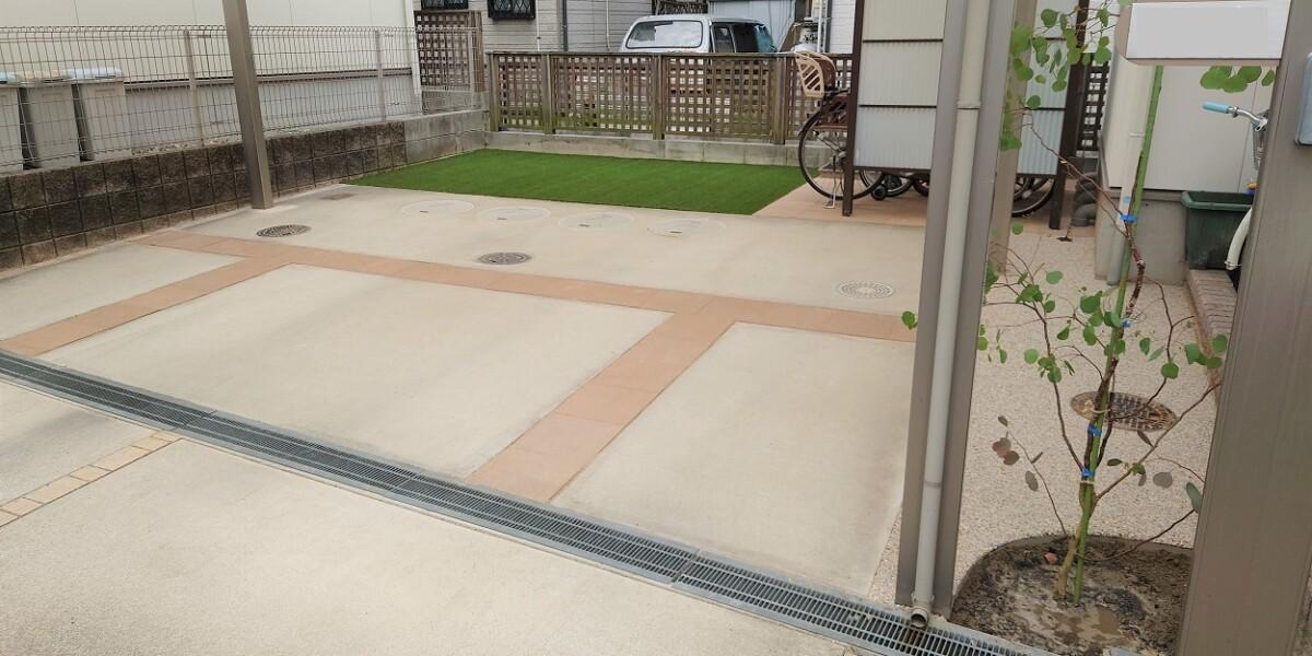 サイクルポートの移設と芝生を撤去して平板と人工芝張にした施工例|扶桑町