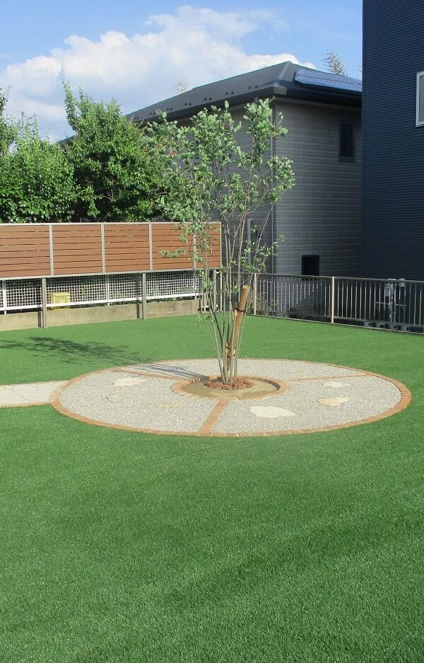 人工芝と植栽スペース②