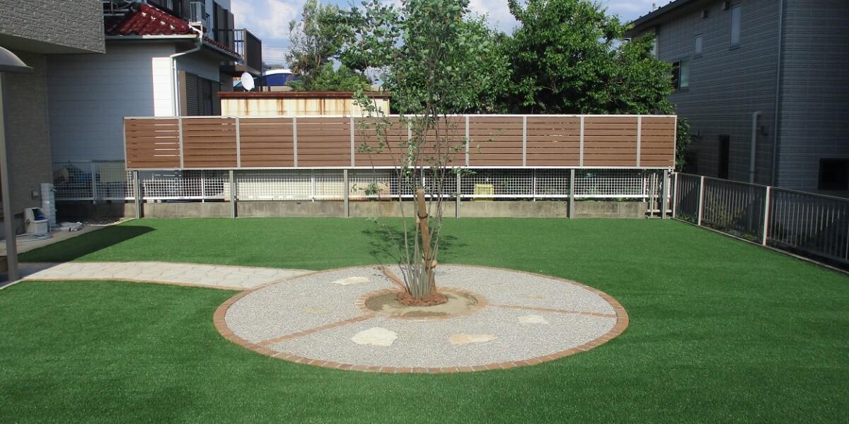 人工芝と植栽スペース①