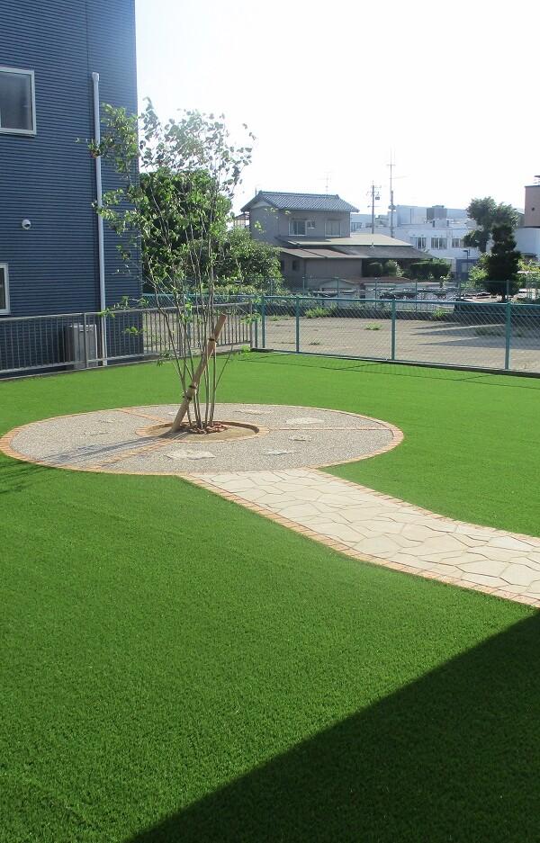 人工芝と植栽スペース③
