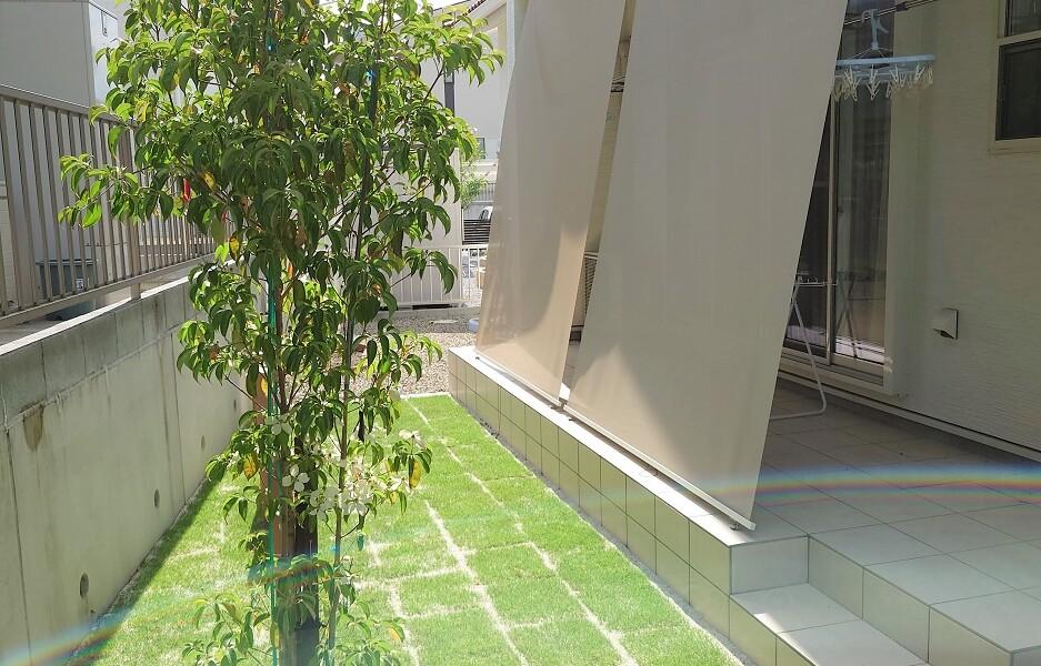 日よけと目隠しの用に収納式シェードの取り付けと庭の芝張り|各務原市