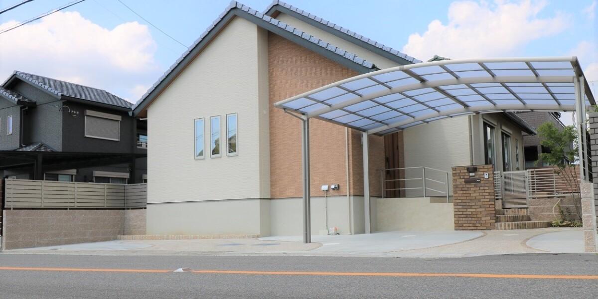 ワンちゃんが自由に走りまわれるお庭と風に強いテラスがある新築外構工事の施工例|扶桑町