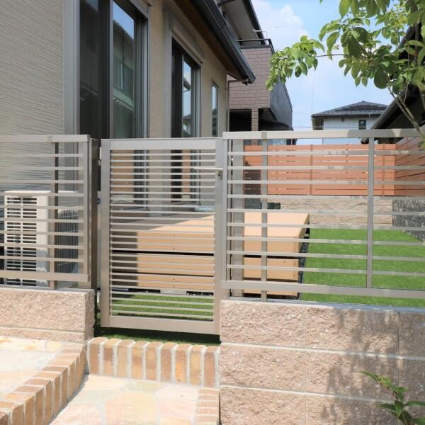 玄関アプローチと庭の間仕切り