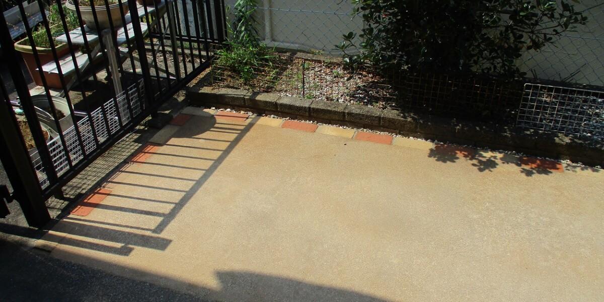 ワンちゃんのために砂利敷から水はけがよく表面が熱くなりにくい真砂土舗装にした施工例|各務原市